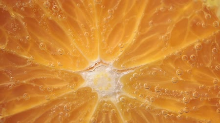 občerstvení : juicy ripe orange fruit close-up. orange in water under water. fruit for juice