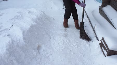 Łopata : snow removal at the house in winter. cleaning of the territory near a private house Wideo