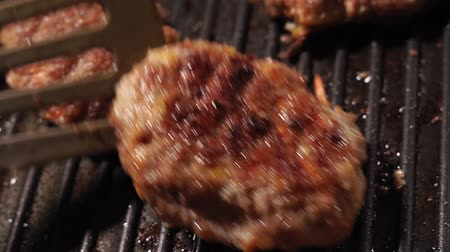 broodje hamburger : het koken van gefrituurde schnitzels close-up Stockvideo