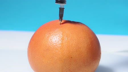 seringa : Injection into grapefruit - fruit and place the syringe space, vitamin C injections