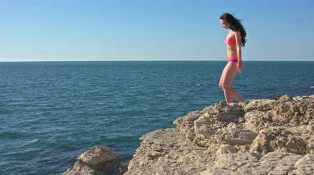 созерцать : Girl on a rock by the sea