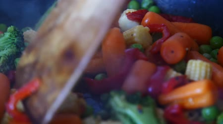baixo teor de gordura : Stirring frying vegetables Stock Footage