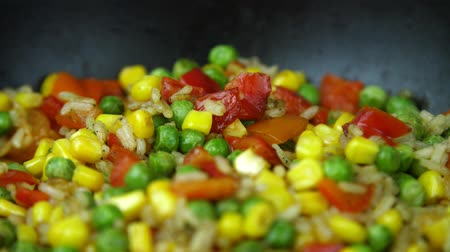 резать : Vegetable mixture in a frying pan.