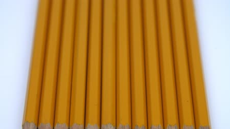 grafit : A row of yellow pencils
