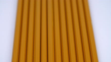 cabeçalho : Yellow pencils in a row