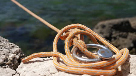 šňůra : Close-up of the rope with which the boat is tied