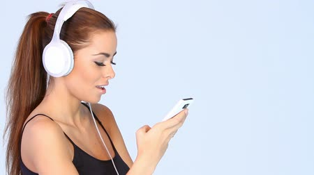наушники : Beautiful young woman is listen to the music in headphones