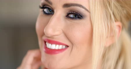 зубастая улыбка : Smiling pretty blond woman with blue eyes wearing makeup  closeup cropped face portrait