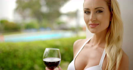 vinho : Woman Holding Glass of Red Wine Outdoors near Pool Vídeos