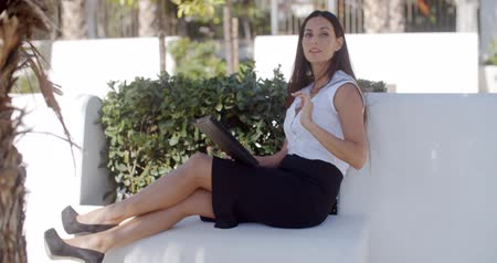 bizneswoman : Stylish businesswoman relaxing in a park