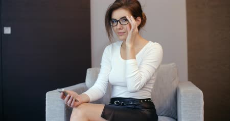 szemüveg : Pretty Young Business Woman Using Her Mobile