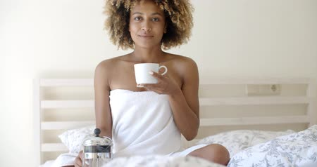 проснуться : Attractive Woman With A Cup Of Coffee On The Bed