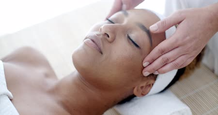 terapia : Woman Getting A Face Treatment At Spa