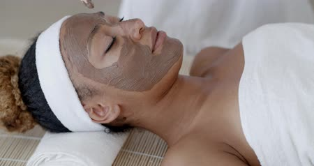estância termal : Woman With Clay Facial Mask In Spa