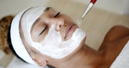 лицевой : Cosmetician Applying Facial Mask