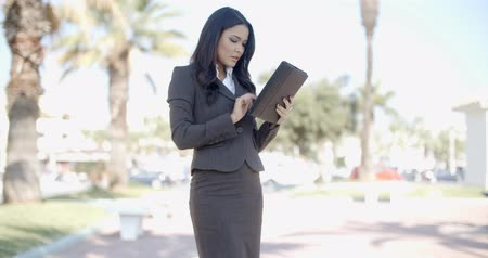 деловая женщина : Businesswoman Using Tablet Outdoors