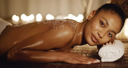 sůl : Woman Lying On Massage Table With Salt Scrub