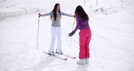 esqui : Young woman teaching her friend to ski