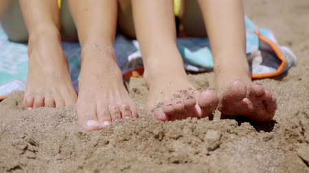 ayak parmakları : Bare feet of two young women in beach sand