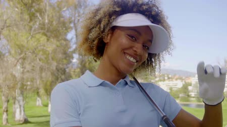golfjátékos : Smiling young woman golfer on a golf course