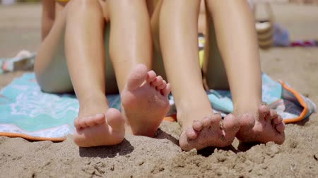 ayak parmakları : Shapely legs of two young women sunbathing