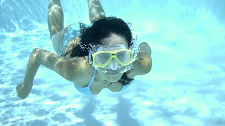 potápěč : Woman in goggles swimming underwater