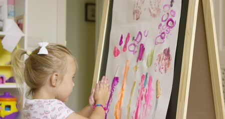artistas : Creative little girl painting an abstract picture