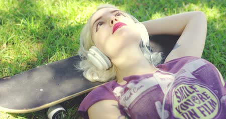 hipster : Young woman relaxing in the shade of tree Stock Footage