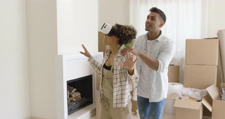 apartamentos : Happy young couple doing Virtual tour in new apartment