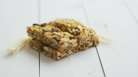 aveia : Homemade rustic granola bars with dried fruits on white wooden background