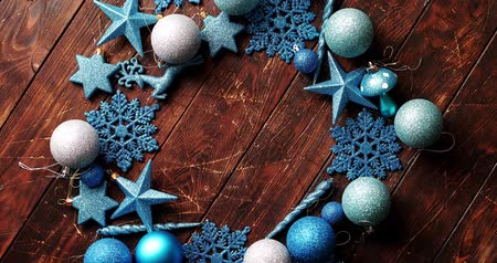 adorno : From above view of blue Christmas decorations placed in circle on wooden background Vídeos