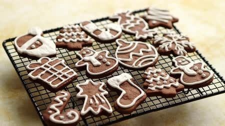sněhulák : Fresh baked and prepared Christmas shaped gingerbread cookies placed on steel grill frame on a table. View from above.