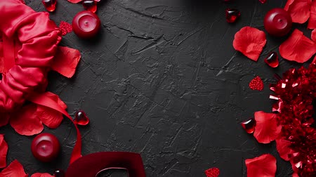 kandelaar : Love and Valentines day concept. Red roses petals, candles, dating accessories, boxed gifts, hearts, sequins on black stone background, frame composition, top view. Layout for greeting card