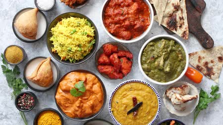 kolendra : Traditional Indian food in ceramic bowls. Different kind of dishes served with fresh vegetables, rice and naan bread. Flat lay.