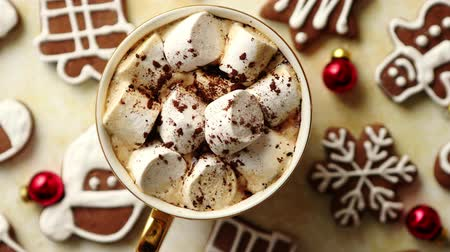 sněhulák : Cup of hot chocolate with tasety marshmellows. Fresh baked Christmas shaped gingerbread cookies on sides. With Xmas decorations. View from above.