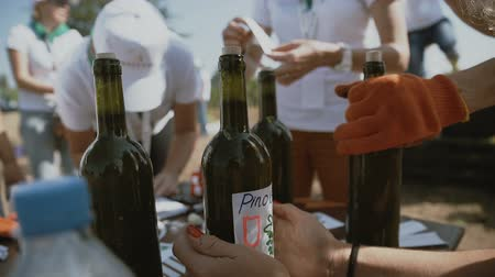 homemade wine making. Glue label in boutle Stok Video