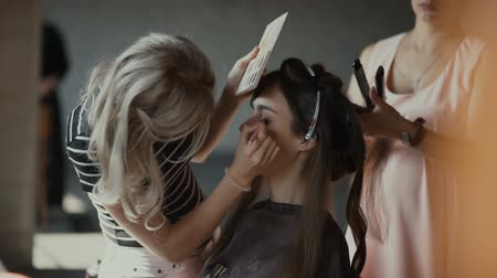 румяна : Specialist doing makeup for model. Gentle make-up for the young girl. Showing of models. Стоковые видеозаписи
