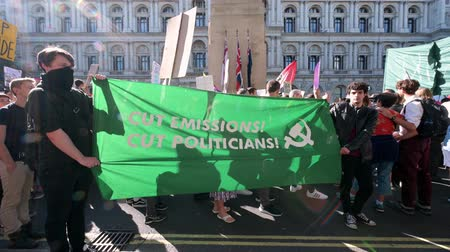 síremlék : LONDON - SEPTEMBER 20, 2019: Climate Change protesters hold up a banner in front of The Cenotaph on Whitehall at an Extinction Rebellion march