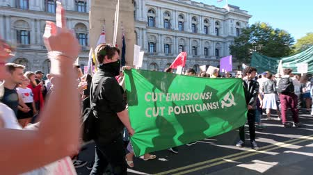 síremlék : LONDON - SEPTEMBER 20, 2019: Climate change protesters carry a banner past The Cenotaph on Whitehall at an Extinction Rebellion march