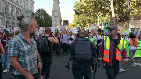 çevre koruma : LONDON - SEPTEMBER 20, 2019: The front of an Extinction Rebellion march with The Cenotaph, London in the background