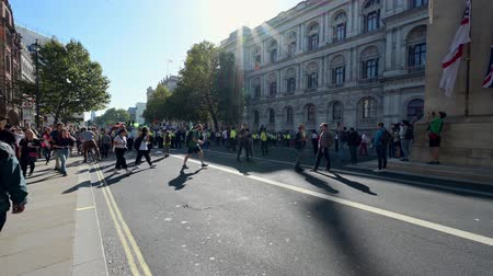 протест : LONDON - SEPTEMBER 20, 2019: An Extinction Rebellion march approaches The Cenotaph on Whitehall, London