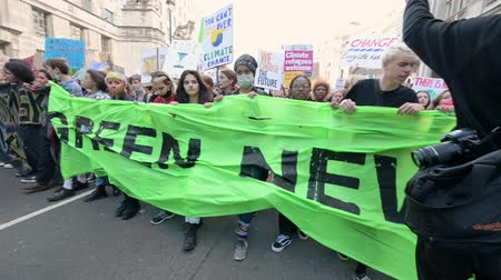 extincion : Londres - 20 de septiembre de 2019: Al frente de una marcha de Extinction Rebellion mientras avanza a lo largo de Horse Guards Avenue, Londres