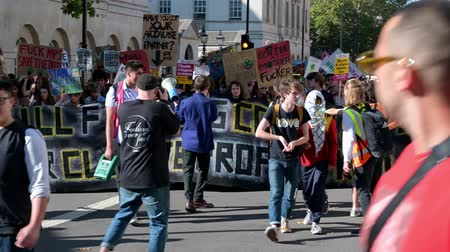 humanidade : LONDON - SEPTEMBER 20, 2019: The front of an Extinction Rebellion march outside Horse Guards Parade in London Stock Footage