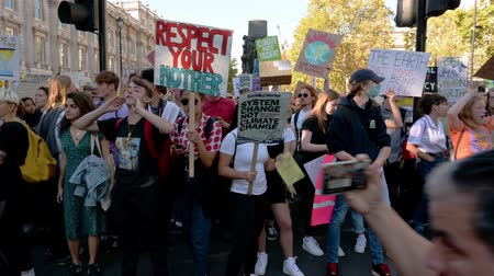 humanidade : LONDON - SEPTEMBER 20, 2019: Pan across the front of a stationary Extinction Rebellion march Stock Footage