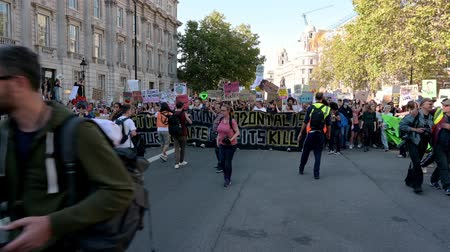sprawiedliwość : LONDON - SEPTEMBER 20, 2019: Ahead of an Extinction Rebellion protest march as it approaches