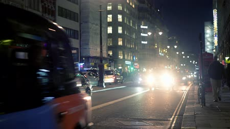 busz : LONDON - OCTOBER 23, 2019: Taxis on The Strand at night