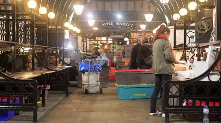 シャット : LONDON - OCTOBER 23, 2019: The Apple Market, Covent Garden being packed away at the end of the day