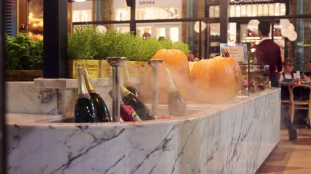 chladič : LONDON - OCTOBER 23, 2019: Bottles of sparkling wine cooling at a restaurant in the Apple Market, Covent Garden Dostupné videozáznamy