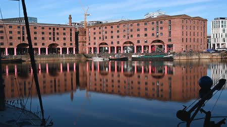 viktoriánus : Zoom out from historic buildings to reveal the Albert Dock in Liverpool.