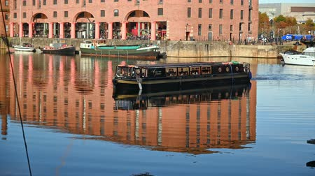 viktoriánus : UK, LIVERPOOL - NOVEMBER 10, 2019: A restaurant canal boat in the Albert Dock in Liverpool
